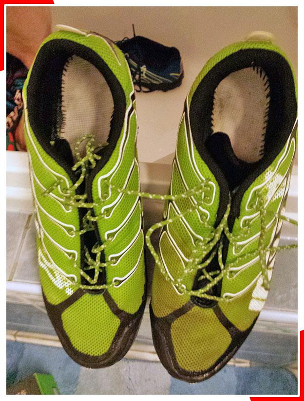 A cipő tisztításának fokozatai - sima zuhannyal szappan nélkül és körömkefével mosószappannal mosás közti különbség